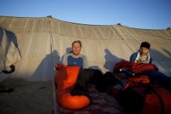 Andy und Anda sitzen vor Beduinenzelt (Foto: Daniel Kopp)