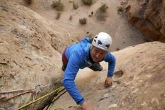 Andy versucht die Kletterei im Sandstein (Foto: Daniel Kopp)