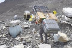 Sherpas mit ihren Lasten (Foto: Wolfgang Klocker)