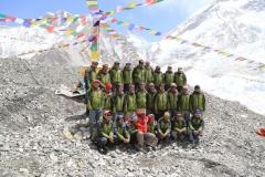 Gruppenfoto unserer Sherpas im Everest Basislager (Foto: Daniel Kopp)