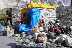 Sherpas bereiten die Puja vor (Foto: Wolfgang Klocker)