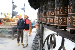 Wolfi und Andy bei den Gebetsmühlen in Kathmandu (Foto: Daniel Kopp)
