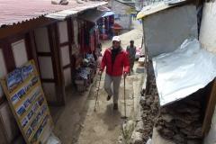 Andy wandert durch die schmalen Gassen von Namche Bazar (Foto: Wolfgang Klocker)