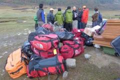 Unsere Sherpa mit unserer Ausrüstung (Foto: Wolfgang Klocker)