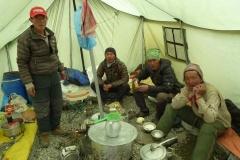 Die Küchenmannschaft im Mittelcamp bemüht sich um uns (Foto: Florian Brunner)