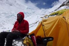 Klemens bereitet sich gedanklich auf den weiteren Aufstieg vor. Im Hintergrund der Weg zum Nordcol Camp 1 (Foto: Wolfgang Klocker)