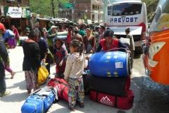 In Kodari, dem nepalesischen Grenzort zu China, streiten sich Frauen und Kinder um die Gepäckstuecke