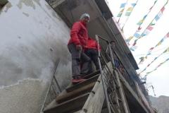 Andy klettert die Treppe ins einzige Restaurant in Nyalam (Foto: Florian Brunner)