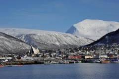 Der Hafen von Tromso mit Eismeerkathedrale (Foto: Erwin Reinthaler)